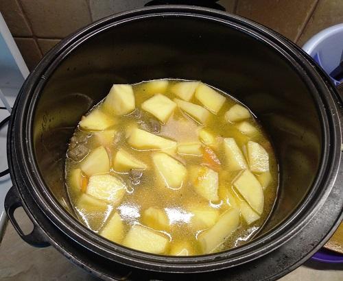 нарезаем картофель для жаркого